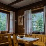 hotel-sala-soggiorno-tavolo